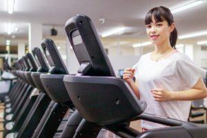 ランニングマシンで運動する女性の画像