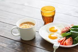 コーヒーと目玉焼きとサラダの画像